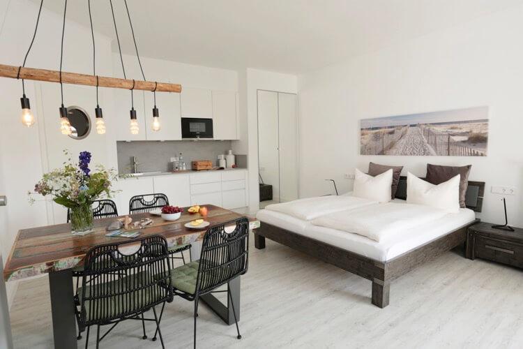 Ferienwohnung-Doppelbett-und-Esstisch 2